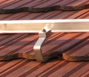 A napelemek rögzítése a tetőn