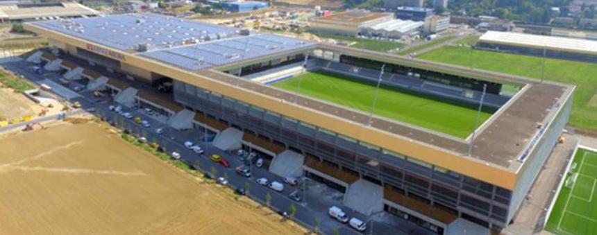 Stadion és napelem a Tissot aréna épületén